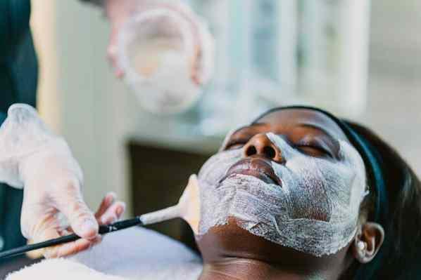 لایه برداری شیمیایی برای درمان لکه های پیری