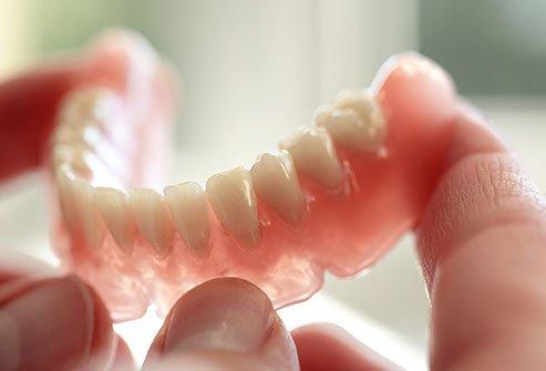 پروتزهای دندانی می توانند فضایی را برای رشد باکتریهای تند و زننده ایجاد کنند.